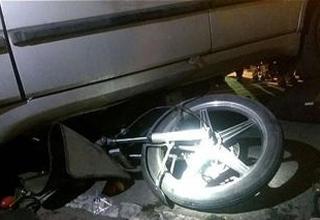 لحظه رفتن مرد موتورسوار زیر خودرو شاسیبلند + عکس