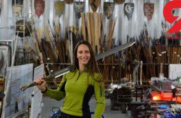 زنی که شمشیربرای سریالهای محبوب دنیا میسازد! +عکس