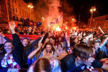 کروات ها بعد از راه یابی به فینال به خیابان ریختند+ عکس