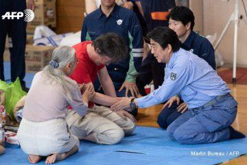 همدردی نخست وزیر ژاپن با سیل زدگان+ عکس