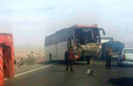 تصادف زنجیره ای ۸ خودرو در جاده گرمسار با ۸۹ حادثه دیده/ تصویر