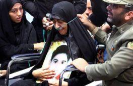 تصویر مادر شهید ۴ ساله حمله تروریستی اهواز در مراسم تشییع فرزند