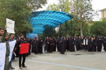 تجمع دانشجویان ارزشی در بیرون محوطه سخنرانی روحانی/ تصاویر