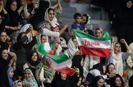طلسم حضور بانوان در آزادی شکست/ سلفی زنان تماشگر در استادیوم آزادی/تصویر