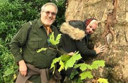 عکسی زیبا از طبیعت گردی زوج هنرمند با شعار محیط زیستی