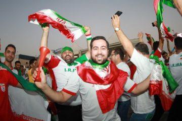 هواداران ایرانی مقابل درب ورزشگاه محمد بنزاید